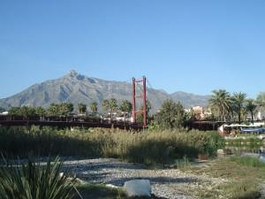 Andalusien Fahrradtour: Bild von einer Brücke vor einem Berg in Marbella